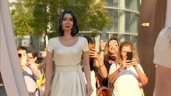 نحات إسرائيلي يسأل وزير الثقافة أن تشاهد نفسها في المرآة