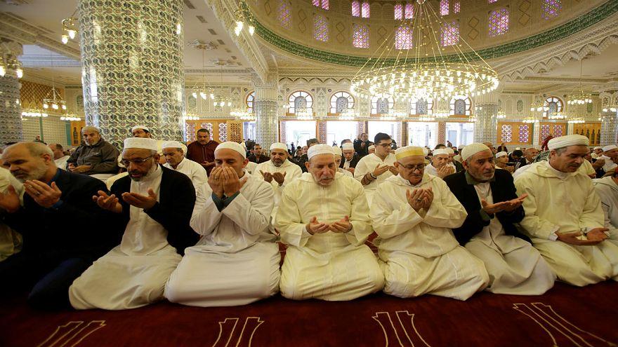 أتباع إحدى الطرق الصوفية داخل مسجد في الجزائر العاصمة يوم 02-11-2018