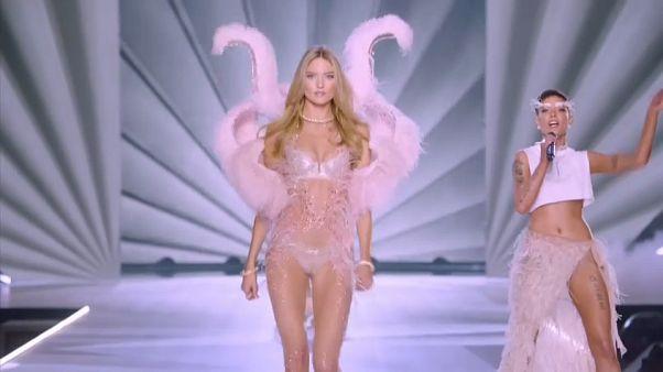 شاهد: عرض أزياء ساخن للملابس الداخلية النسائية