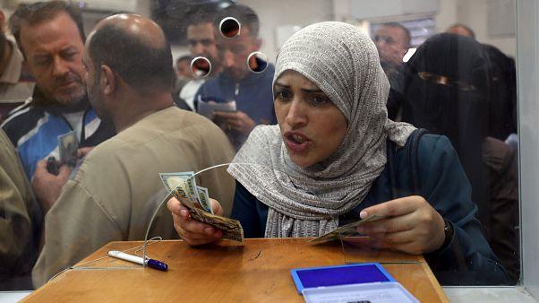 Gazze'de maaşını alan bir devlet memuru
