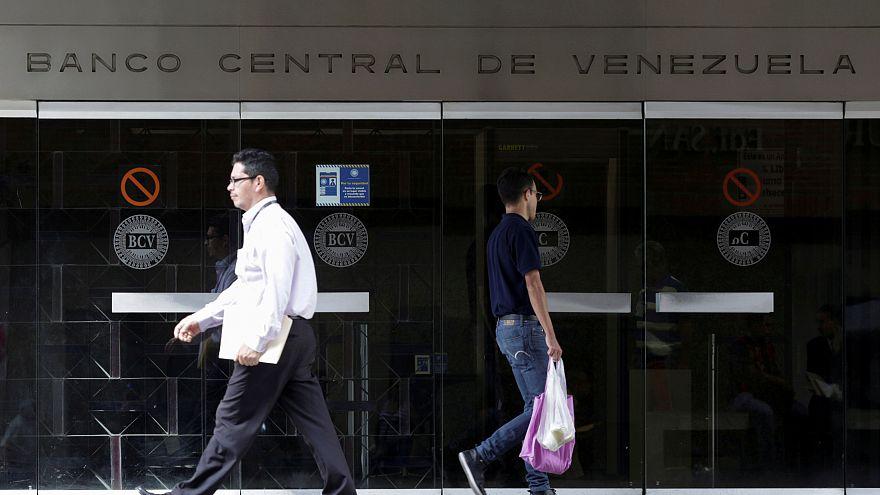 Venezuela Merkez Bankası önünden geçen insanlar