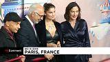 Laetitia Casta enciende las luces de Navidad de una famosa galería parisina
