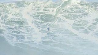 Surfistas cabalgan olas gigantes en Nazaré