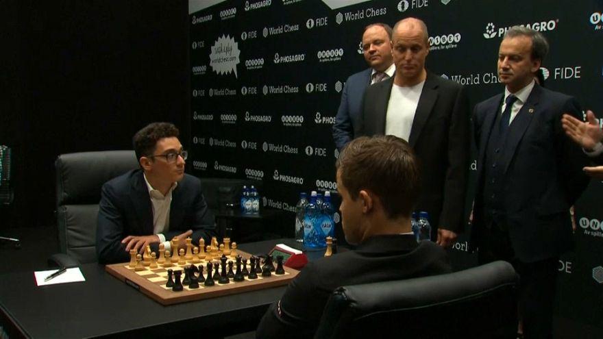 Woody Harrelson ügyetlenkedésével kezdődött a sakk-világbajnokság döntője