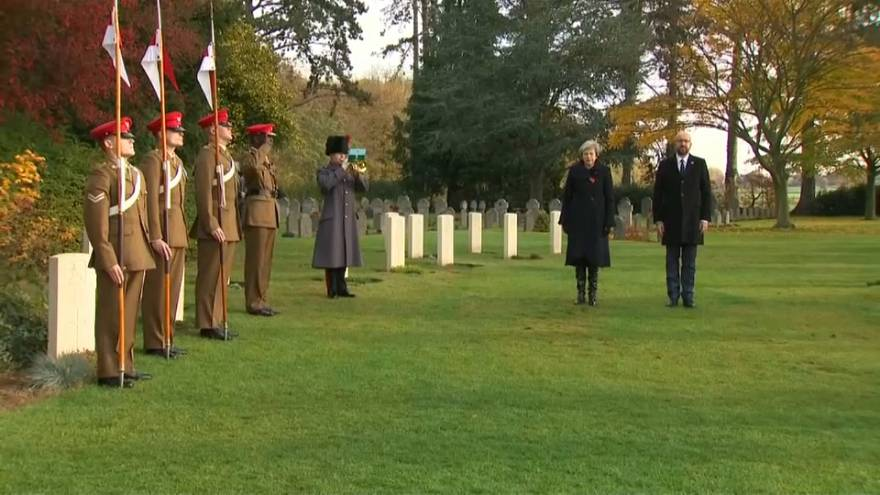 رئيسا وزراء بريطانيا وبلجيكا عند قبر أول وآخر جنديين بريطانيين قتلا في الحرب العالمية 1