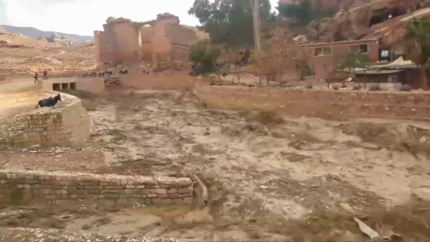 السيول التي أصابت منطقة البتراء في الأردن