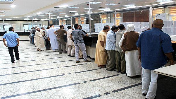 ليبيون داخل مكتب للصرافة في مدينة مصراتة