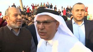 فلسطينيون غاضبون يرشقون موكب السفير القطري بالحجارة في غزة