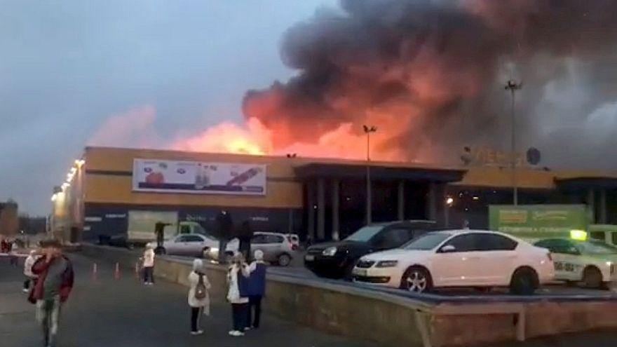 Rusya'da bir alışveriş merkezinde çıkan yangında çatı çöktü