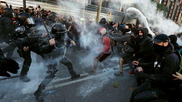 اشتباكات بين الشرطة الاسبانية والانفصاليين في برشلونة
