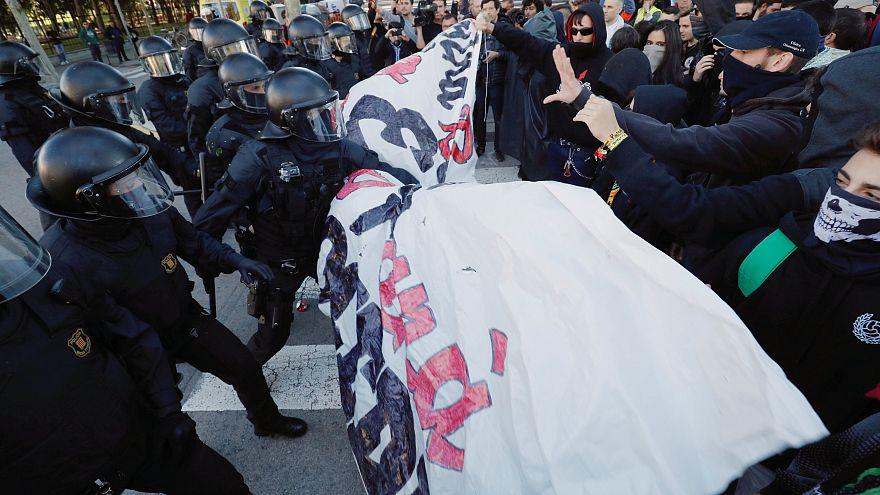 Manifestação de separatistas catalães termina em confrontos com a polícia