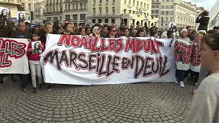 "Demonstranten halten ein Transparent: ""Noailles meurt - Marseille en deuil"""