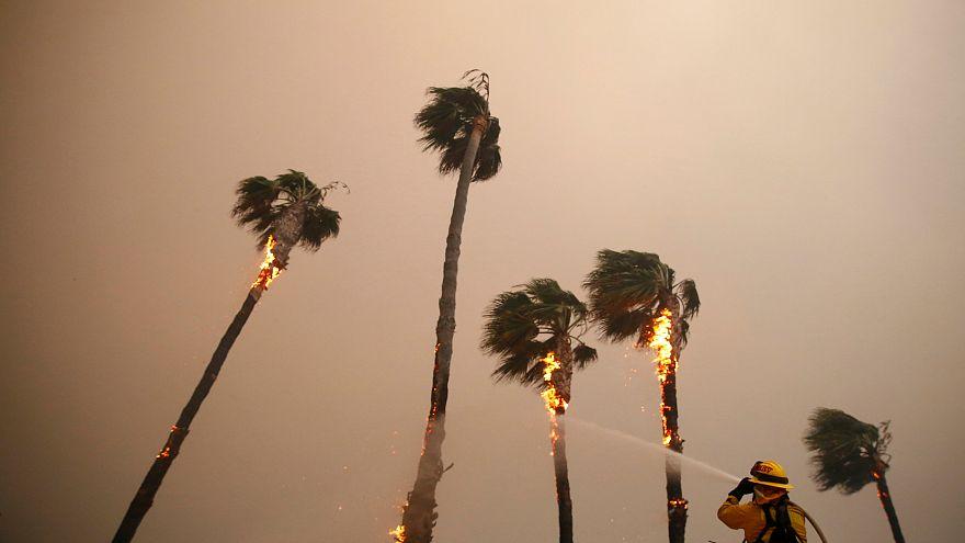 جهود الإنقاذ في حرائق كاليفورنيا مستمرة وارتفاع عدد الضحايا إلى 23 قتيلاً