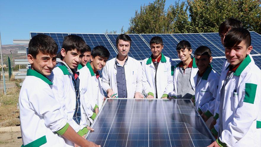 Bingöl'de bir lise enerjisinin yüzde 85'ini güneşten sağlıyor
