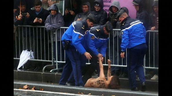 شاهد: إعتقال متظاهرة عارية الصدر حاولت الوصول لموكب ترامب في باريس