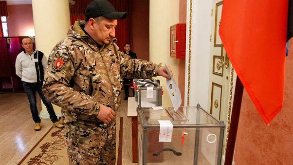 Urnas, armas y billetes de lotería en los comicios de la Ucrania prorrusa