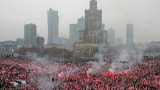 Der Warschauer Pilsudski-Platz in einem Meer von Polen-Flaggen