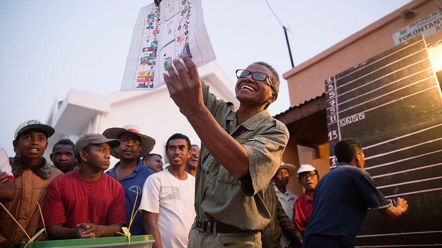 Des assesseurs comptent les voix pour l'élection présidentielle magache