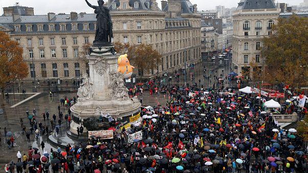 Halbnackt im Regen und mit Baby Trump: Proteste in Paris