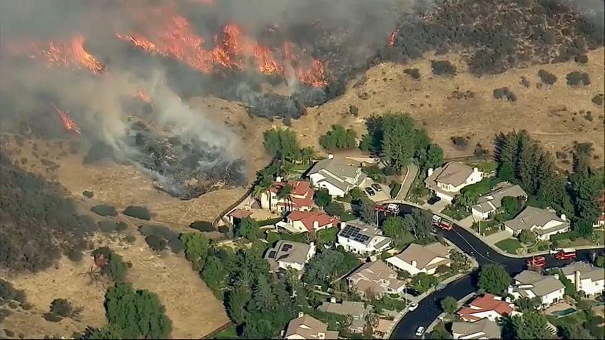 Καλιφόρνια: Εξασθενούν οι άνεμοι, μαίνεται η μάχη με τις φλόγες