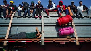 Zu Fuß, im Bus oder auf Lastern: Migranten auf dem Weg zur US-Grenze