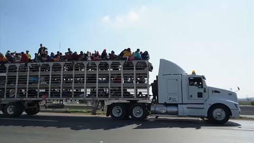 Teherautókkal tartanak a menekülők az USA felé