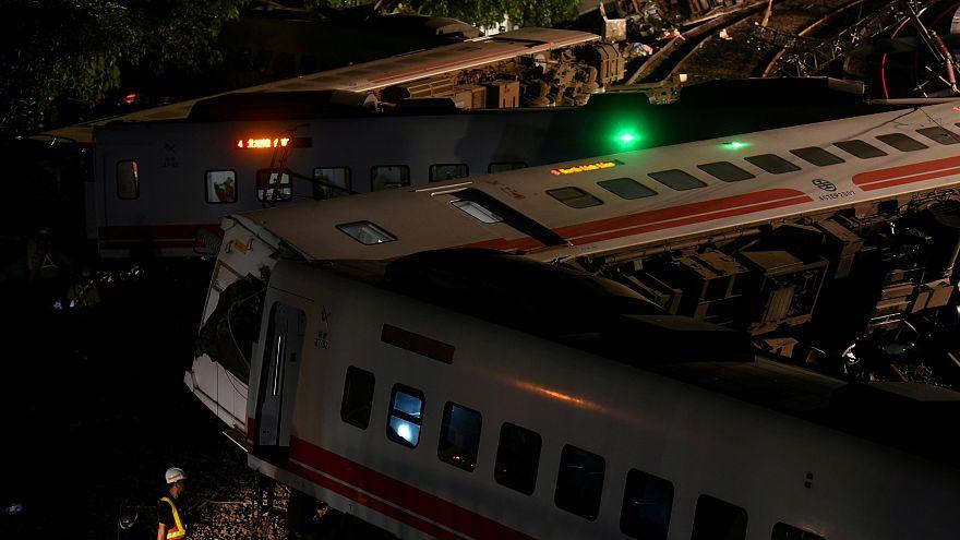 Yük treni raydan çıktı, 40 kaçak yolcu öldü
