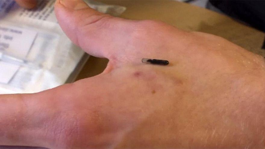 Çalışanlara takılan mikroçipler İngiltere'de tartışma konusu