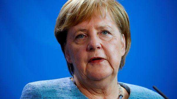 Merkel se repliega en su política migratoria para salvar su gobierno