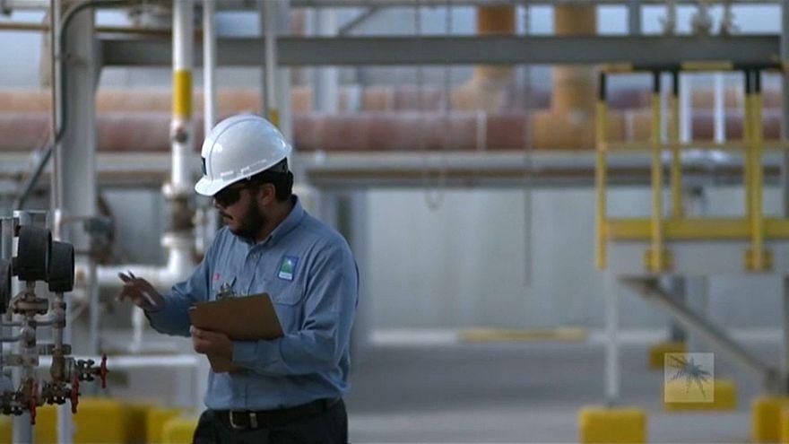 Arábia Saudita aponta necessidade de reduzir produção de petróleo