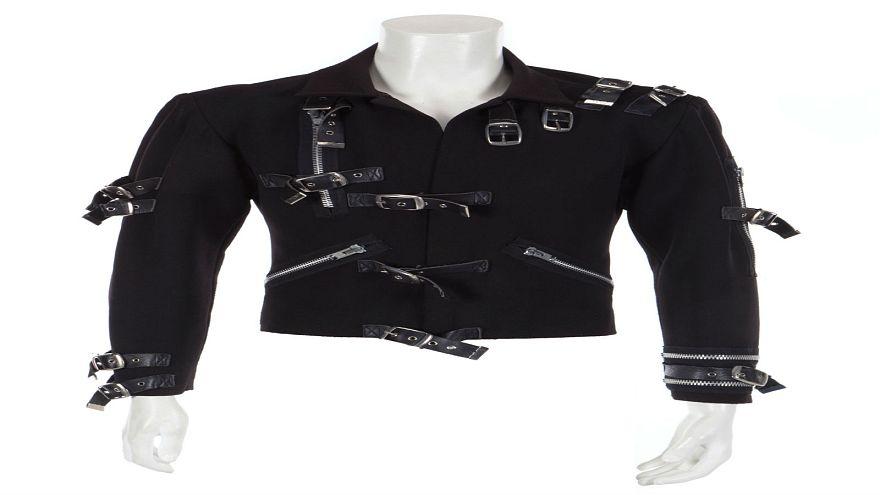سترة سوداء ارتداها المغني الراحل مايكل جاكسون خلال أولى جولاته الغنائية