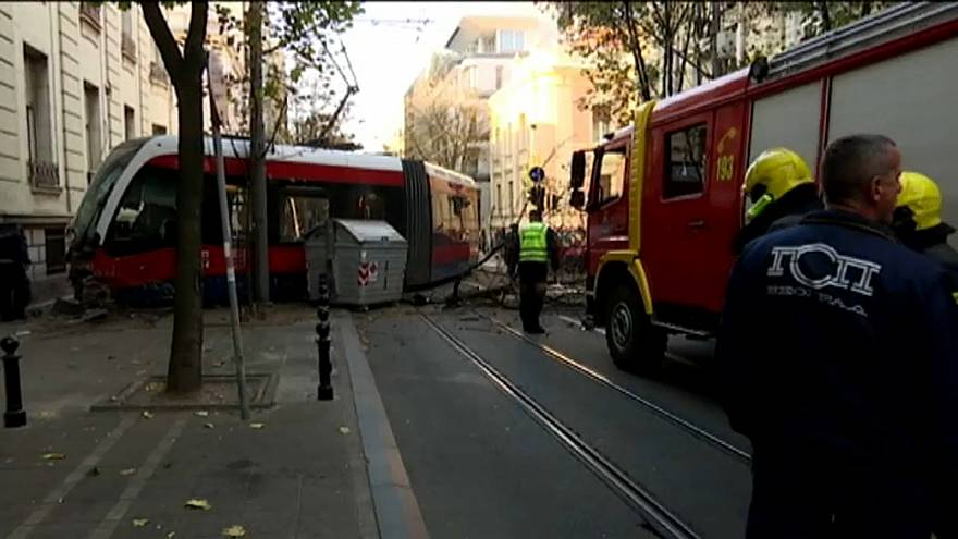 شاهد: سيارة تصطدم بتراموي بلغراد وتخرجه عن سكته