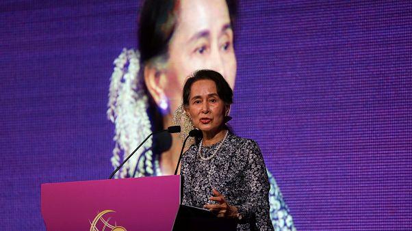 Elvették a mianmari vezetőtől az egyik legrangosabb emberi jogi kitüntetést