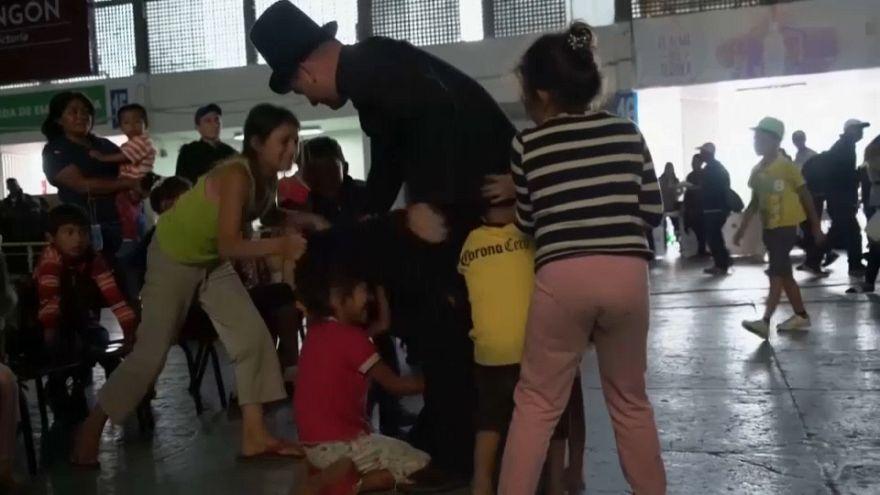 شاهد: قس ساحر يزور أطفال المهاجرين في ملجأ في المسكيك