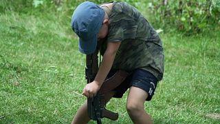 Ukrayna'da çocuklara silah eğitimi: Hedefinizi insan olarak görmeyin