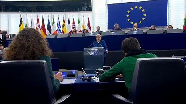 """Merkel all'Europarlamento: """"Piu' solidarietà per l'Unione"""" e difende esercito comune"""