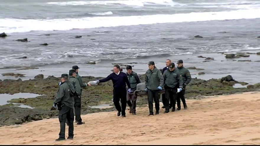 La Guardia Civil recupera uno de los cadáveres de los inmigrantes.