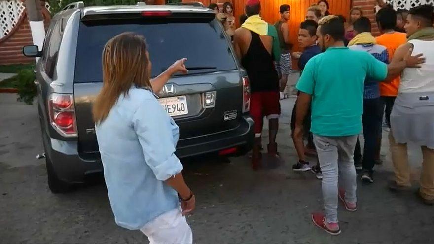Una vecina de Tijuana señala a los migrantes de la caravana LGTB.