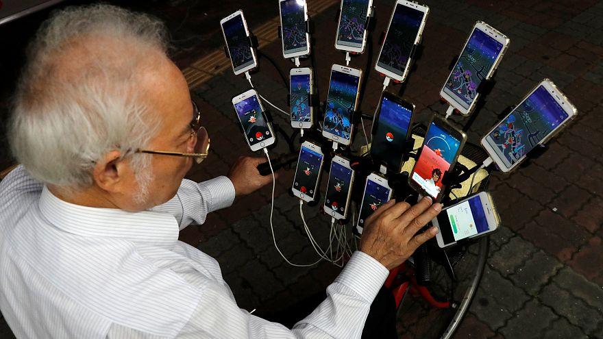 """شاهد: سبعيني تايواني يلعب """"بوكيمون غو"""" بـ 15 هاتفا على دراجته"""