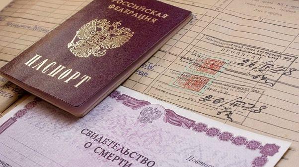 متقاعد روسي قيدته السلطات في سجل الوفيات ولم يعد للحياة إلا بعد 3 قضايا في المحاكم!