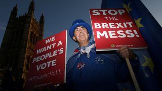 """May tenta convencer ministros com """"acordo técnico"""" do Brexit"""