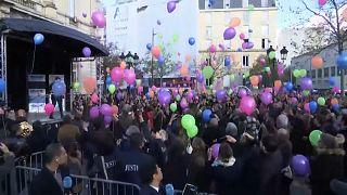 Globos de colores en el cielo parisino para honrar a las víctimas del 13N