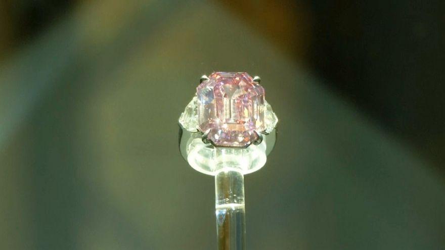 """فيديو: الألماسة الوردية """"بينك ليغاسي"""" تباع بمبلغ 50 مليون دولار في مزاد كريستيز"""