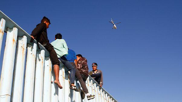 En la valla de Tijuana, soñando con entrar en EE.UU.
