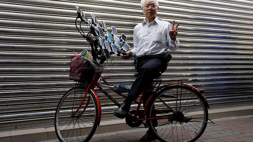 15 telefonuyla gençlere taş çıkaran 70 yaşındaki 'Pokemon Dede'