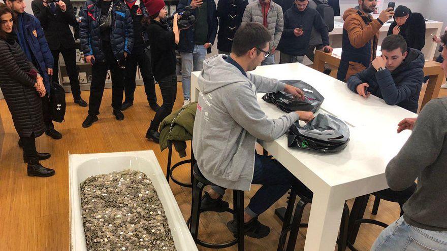 Блогеры принесли в магазин монеты в ванне и купили iPhone