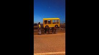 Video | 'Yayalar giremez' yasağını otobüs kılığına girerek deldiler