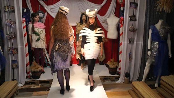 شاهد: مصمم روسي يعتمد على النفايات كمادّة أساسية في صنع الأزياء