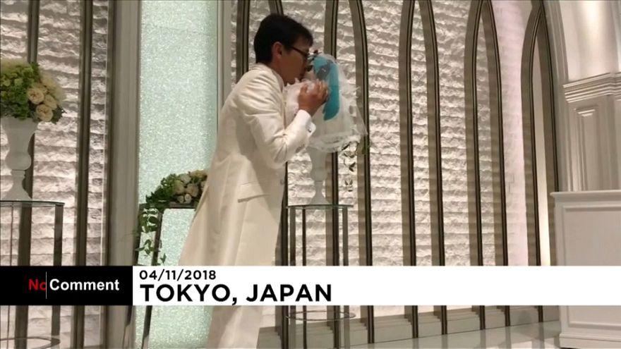 Japonês casa-se com boneca virtual