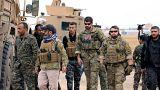 أفراد من قوات سوريا الديمقراطية بصحبة جنود أمريكيين